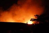 Xưởng bông cháy ngút trời, lính cứu hỏa vất vả cả đêm