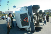 """Container """"nằm vạ"""" giữa ngã tư, tài xế bị thương nặng"""