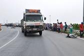 Đi ăn giỗ về quẹt xe tải, hai vợ chồng tử nạn