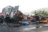 Xe chở gỗ bỗng nhiên phát hỏa