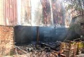 Cháy xưởng nệm mút, dân sơ tán đồ giùm hàng xóm