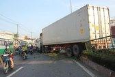 Container mất lái xuyên thủng dải phân cách