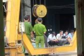 Hai cuộn thép nặng hàng tấn đè chết 1 công nhân