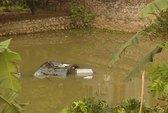 Ô tô rơi ao, 4 người ngạt nước tử vong