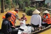 Báo Người Lao Động vượt sông đến với dân vùng rốn lũ