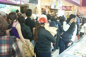Nghỉ lễ, xếp hàng tranh nhau mua…gà quay, bánh mì