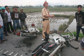 Giúp người bị nạn, xe khách vào thế kẹt