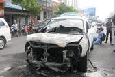 Đang chạy, xe taxi Hoàng Long cháy rụi đầu