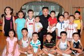 Kim Jong-un phát kẹo cho trẻ em nhân ngày sinh nhật