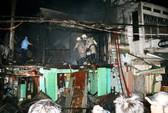 Cháy dữ dội gây náo loạn bên hông chợ Xóm Củi