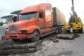 Container húc văng dải phân cách cầu vượt Tân Thới Hiệp