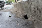 Hàng loạt hố khoét hàm ếch trên đường Trường Sa