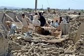 Người dân Pakistan bới rác tìm thức ăn sau động đất