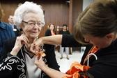 Cụ bà 99 tuổi nhận bằng tốt nghiệp trung học