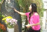 Cát Phượng viếng mộ nhạc sĩ Trịnh Công Sơn