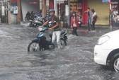 Mưa lớn, nhiều tuyến đường bị ngập