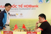 Quang Liêm chạm tay vào cúp vô địch