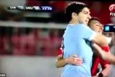 """Suarez đấm trộm vì bị tấn công """"chỗ kín""""?"""