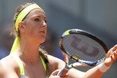 Nối gót Djokovic, Azarenka chia tay Madrid Open