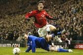 """Ronaldo từng bị """"đá đít"""" khi cố tình ăn vạ ở M.U"""