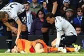 Thủ môn Tottenham đờ đẫn sau cú va chạm kinh hoàng