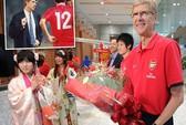 HLV Wenger xúc động gặp lại đội bóng cũ sau 17 năm