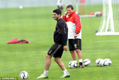 Trở lại sau án phạt, Suarez đe dọa M.U ở League Cup