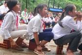 Học trò Việt kiều vượt lũ đến trường