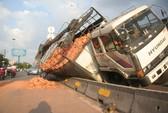 Xe cứu hộ đẩy xe tải lật nhào trên con lươn