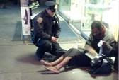 Cảnh sát quỳ gối đeo giày cho người vô gia cư