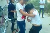 Nữ sinh bị đánh, xé áo trước cổng trường