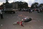 Lao vào gầm xe tải, 2 thanh niên chết tại chỗ