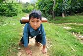 Cậu bé 5 năm bò đến trường