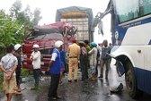 Xe khách đâm nát đầu xe container trong mưa