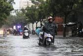 """Người Sài Gòn """"lội bì bõm"""" trong mưa chiều"""