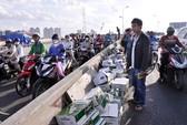 """""""Mưa"""" bia trút xuống cầu Sài Gòn"""