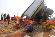 Xe chở 8 tấn cá lật nhào, dân không hôi của