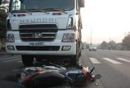 Bị xe tải tông, nam thanh niên thoát chết thần kỳ