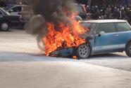 Cháy Mini Cooper, 1 phụ nữ và 2 cháu nhỏ thoát hiểm gang tấc