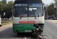 """Xe máy """"đấu đầu"""" xe buýt, hai người tử nạn"""