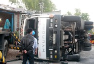 Xe tải lật ngang, cả gia đình thoát nạn