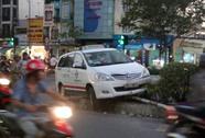 """Xe máy vượt đèn đỏ, taxi """"ngồi"""" dải phân cách"""