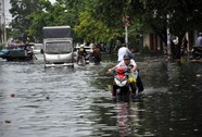 Người dân đi chơi ngày lễ khốn khổ vì ngập nước
