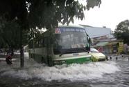 Dân Sài Gòn lại khốn khổ vì đường ngập nặng