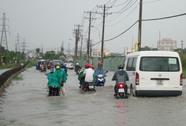 Mưa lớn, người Sài Gòn lội nước về nhà