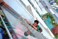 Cậu bé cắt dây an toàn của công nhân xây dựng vì… làm ồn