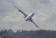 """Máy bay tung tăng """"vẫy cánh"""" tạm biệt gia đình"""