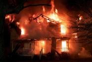 Dùng xăng đốt nhà rồi dỡ ngói ném vào công an