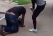 Ấn Độ: Cô gái bắt kẻ quấy rối quỳ rồi đá vào đầu