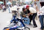 Một mình chống lại tên cướp giật tàn bạo